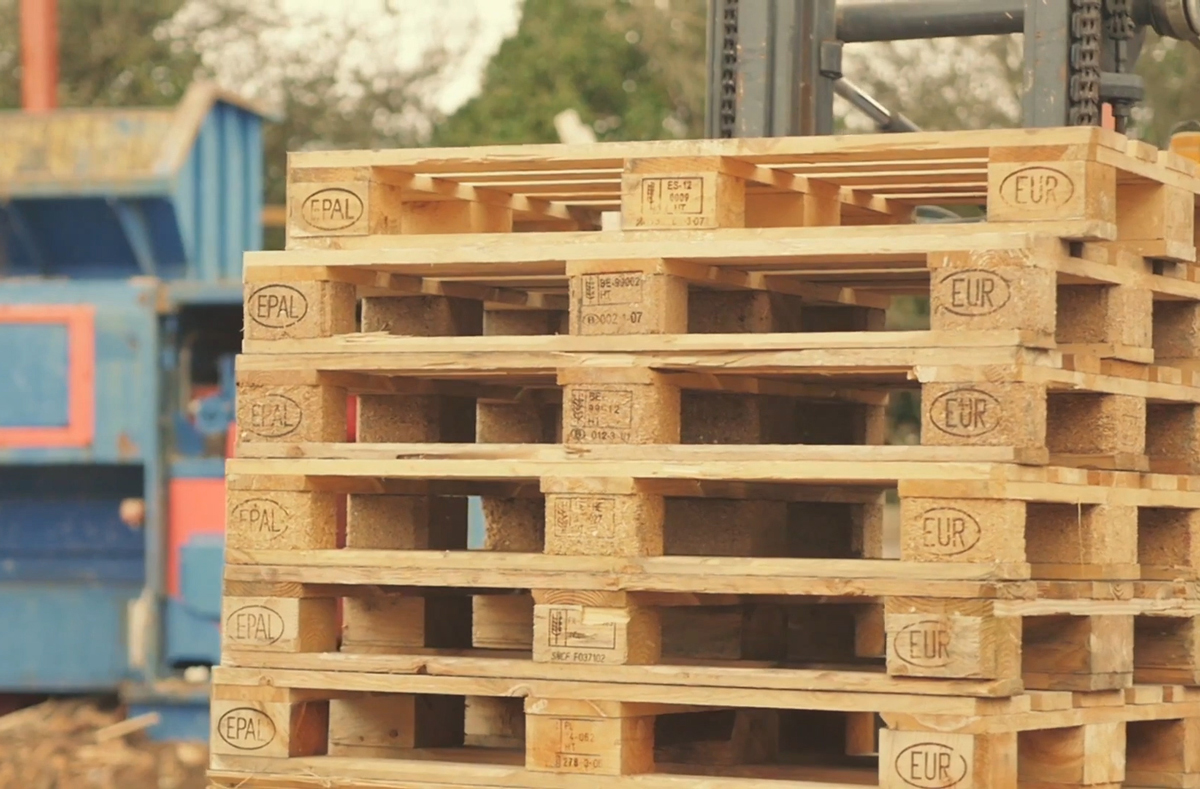 PALLETS-ON-FORKLIFT